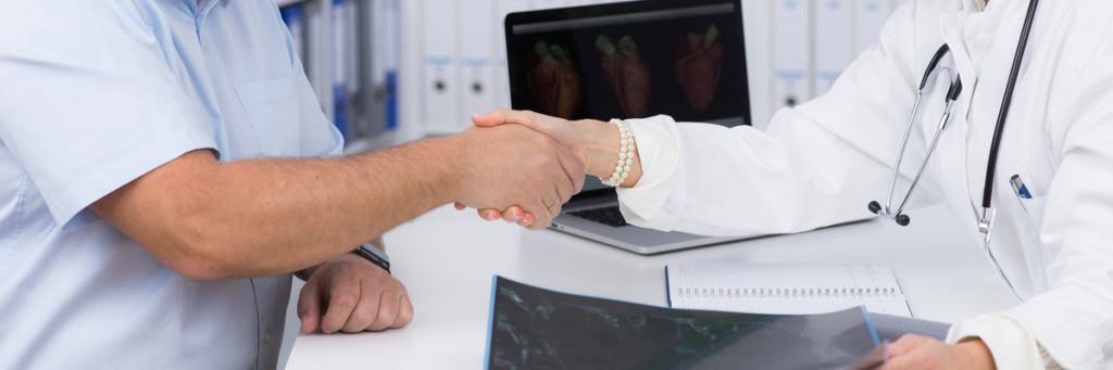 patient und arzt reichen sich die hand