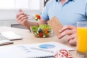 büro diät Hausmittel gegen Abgeschlagenheit Job Arbeit essen salat knäckebrot