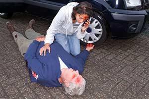 Erste Hilfe am Unfallort Autounfall