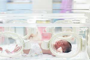 Geburt Baby im Brutkasten inkubator