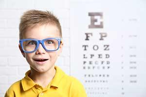 Junge Brille Augenschmerzen