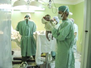 Geburt baby neugeborenes kind ärzte hebamme krankenhaus geburtshilfe vakuumextraktion saugglocke