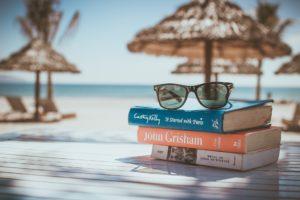 Sonnenbrille Strand bücher meer sonnenschirm