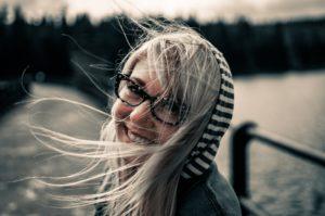 lesebrille brille frau wind kapuze