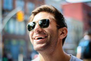 sonnenbrille mann zähne lächeln freude