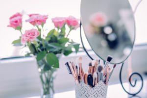 Spiegel make-up schminken rosen rosa pinsel schönheit