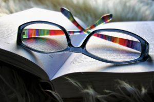 Lesebrille Buch draußen