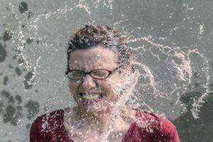 Munddushe Frau Wasser Erfrischung Brille