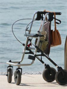 rollator senioren gehhilfe alter meer