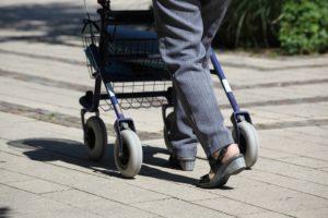 rollator senioren alt gehhilfe