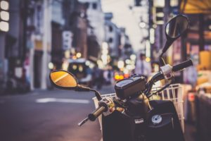 Scooter Moped straße verkehr spiegel stadt