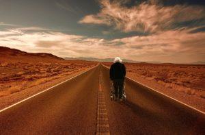 rollator wüste straße reise senioren gehhilfe alter