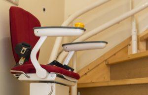 Treppenlift senioren ältere menschen opa oma treppen sitz hilfe