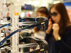 sonnenbrille laden optiker frauen gestell einkaufen shoppen