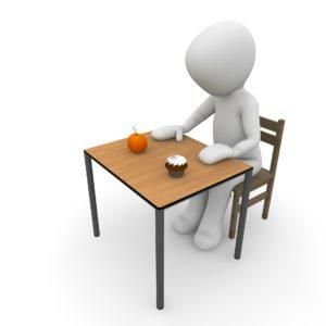 ernährungsumstellung diät nahrung essen gesund ungesund süß muffin orange tisch stuhl esszimmer entscheiden