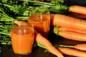 karottensaft , möhre saft , karotten , gemüsesaft , vitamine möhren gemüse lebensmittel essen nahrung