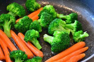karotten , gemüse , brokkoli , mohrrübe , nahrung , vitamine , essen , frisch , bio , kochen , lebensmittel , nahrungsmittel , lecker , vegetarisch , gemüsepflanzen , marktgemüse , orange , gesund , ernährung , veganer , vegan , zutaten , gemüsepfanne , roh , blanchiert , braten , dünsten ,