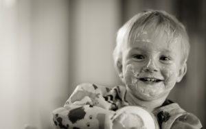 kinder , joghurt , essen , kind , junge , glücklich , chaotisch , kindheit , kind essen , bezaubernd , vorschulkind , kleinkind
