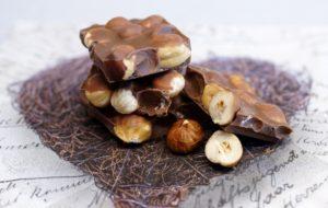 Schokolade Nussschokolade NUss Nüsse Haselnuss Haselnüsse schokolade , nussschokolade , süß , naschen , schokoladentafel , versuchung , nüsse , süssigkeiten , lecker , milchschokoladen , schokoladenstücke , lebensmittel , essen , süßigkeiten , vollmilch , vollmilchschoklade , nuss , haselnüsse , braun , nahrung , knabberei