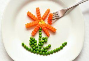 , frisch , erbsen , grün, schote, , saatgut , bio , landwirtschaft , lebensmittel , natürliche , gemüse , wachstum , ernährung möhren karotten teller gabel essen