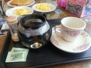 frühstück , heißen tee , waffeln , rührei , stevia , weichen , steile natürliche , blatt , süße , warmwasser , esszimmer , weißer teetasse , blumen , trinken , lebensmittel , pokal , hintergrundbild , blumenmuster , glück , energie , kaffee