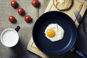 frühstück , eier , pfanne , schneidebrett , brot , gabel , lebensmittel , Schwefel pokal , milch , küche