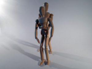 erste hilfe , heimlich griff , heimlich handgriff, rettung , ersticken , griff , atmen , gliederpuppe , holzpuppe , puppe , figur Atemwege  Erste Hilfe bei einem Fremdkörper in Luft/Halsröhre Erste Hilfe bei Fremdkörper in Luftröhre oder Speiseröhre
