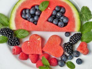 obst , wassermelone , früchte , herzen , blaubeeren , brombeeren , himbeeren , vitamine , detox , diät , gundermann , frisch , gesund , bio , nachtisch , sommer , beeren , lebensmittel , dessert , ausstecher , vegetarisch , fruchtzucker