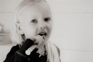 mädchen , zähne , zähne putzen , zähne behandeln , zahnmedizin , mund , zahnreinigung , reinigen , lächeln , zahnhygiene , hygiene , zahnbürste , kinder , zahnbürstenkopf , kind , menschen , ein , porträt , niedlich fluor fluorid