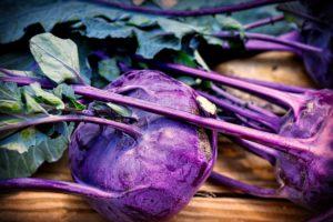 kohlrabi , blätter , gemüse , kohl , frisch , nahrungsmittel , gesund , kochen , wassertropfen , essbar , garten , vitamine , nahaufnahme , nutzgarten , lila , grün , vegetarisch  lebensmittel essen nahrung