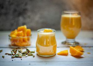 mango , trinken , früchte , diät , gesund , smoothie , lebensmittel , saft , frühstück , frisch , glas , sommer , obst , süß , cocktail , gemischt , schütteln , dessert , frische , saftig , gelb , holz , kälte , detox , tropisch , vitamin