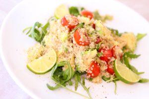 quinoa , salat , tomaten , limette , rucola , frisch , fruchtig , gemüse , vegetarisch , vegan , essen , gesund , lecker , kalt , lebensmittel , nahrung , vitamine , hülsenfrüchte , kochen , gesundes essen , veganer , ernährung , mittagessen