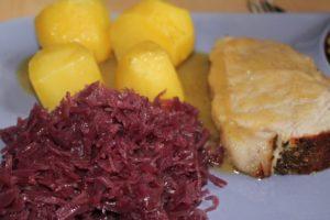 rotkraut , schweinebraten , rotkohl , essen , kartoffeln , fleisch , braten , pellkartoffeln , steak , butterkartoffeln