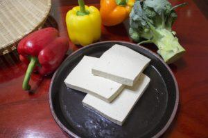 tofu , lebensmittel , soja , vegetarier , gemüse , gesund , käse , grün , platte , keil , speck , licht , blatt , roh , klassiker , bio , diät , weiß