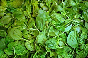spinat , gemüse , frisches gemüse , lebensmittel , ernährung , vitamin , mineral , eisen , stärke , gesundheit , mahlzeit , küche , spinacia oleacea , fuchsschwanzgewächse amaranthaceae , markt , gemüsemarkt