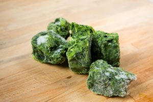 spinat , tiefgefrorener spinat , gefroren , gemüse , lebensmittel , grün , schneidebrett , brett , holz , bild , foto , vorbereitung , toefkühl, tk