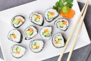 sushi , vegetarisch , gemüse , reis , asiatisch , karotte , gurke , snack , asien , chinesisch , essen , lebensmittel , vegan , vitamine , lecker