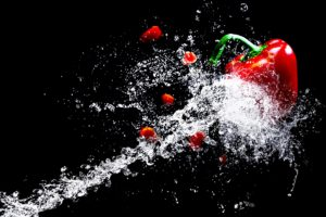 wasser , paprika , gemüse , wasserspritzer , vegetarisch , vegan , wassertropfen , spritzer , flüssig , flüssigkeit , klar , glas , nass , spritzen , tropfen