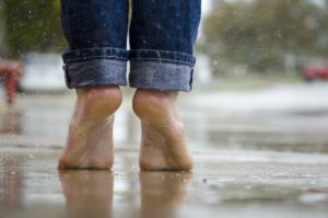 barfuß , füße , makro , im freien , regen , wasser , nass, füße, ferse, fersen, hacke