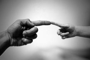 michelangelo , abstrakt , junge , kinder , erwachsene , hintergrund , kommunikation , konzept , finger , geste , gestikulieren , hand , hilfe , menschliche , index , männlich , mann , menschen , person , haut , erschaffung adams , menschheit , gott , kontakt , verbunden , zusammen