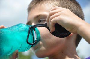 durst , wasserflasche , hydrat , wasser , flasche , trinken , flüssigkeit , gesund , kunststoff , erfrischend , blau , natürliche , nass , kälte , sommer , sport, junge, kind