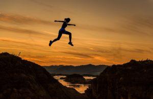 zu erreichen , frau , mädchen , springen , laufen , sport , sportliche , sportlich , athlet , läufer , abenteuer , herausforderung , wettbewerb , mut , gefährlich , bestimmung , schnell , freiheit , genießen , hoch , sprung , im freien , über , rush , silhouette , erfolg , erfolgreiche , sonnenaufgang , gewinner , jung, flow