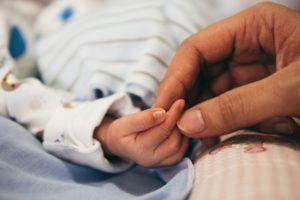 erwachsene , baby , schlafzimmer , finger , kontakt , fühlen , liebe , verbinden , verwischen , nahaufnahme , familie , zerbrechlich , hände , menschliche , neugeborene , person, bonding