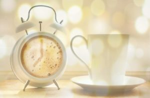 wecker , kaffeetasse , kaffee , kaffeeziffernblatt , ziffernblatt aus kaffee , uhrzeit , wecken , zeitanzeige , aufwachen , klingeln , frühstücken , guten morgen , wecker uhrzeit , aufstehen , morgen , uhr , erinnerung , moment , pünktlichkeit , pünktlich , zeit , kaffeepause , lichteffekte , funkeln , zart , romantisch, assoziation