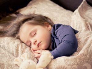baby , mädchen , schlafen , kinder , kleinkind , porträt , süß , tochter , bezaubernd , kind, bett, kissen, kopf, haare, gesicht, kuscheltier, grundumsatz