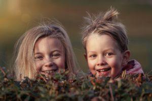 kinder , glücklich , geschwister , verstecken , spielen , spaß , wangen , freude , geldstrafe , brüder , schwestern , freunde , lächelnd , lachen , lächeln , im freien