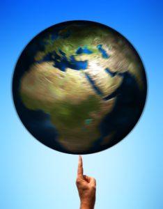 erde , globus , welt , drehen , fingen , balance , symbol , umwelt , warnung , verantwortung , einfluß , einfluss , jonglieren , jonglierball , kugel , ball , rund, umwelteinfluss, umwelteinflüsse, epigenetik