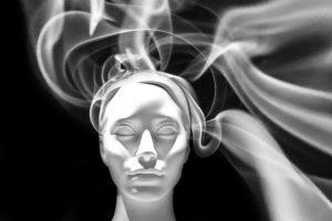 gesicht , seele , kopf , rauch , licht , traurig , gedanken , gedankenleser , erinnerungen , flüchtig , geist , maske , totenkopf , schaufensterpuppe , tod , sterben , glauben , trauer , bewußtsein , psyche , unterbewußtsein , psychotherapie , traurigkeit , schädel , verlassen , emotional , meditation , meditieren , ruhe , stimmung , frieden , atmosphäre , geist
