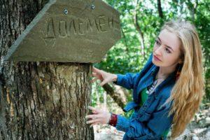 mädchen , sommer , wald , dolmen , park , tourist , porträt , grünen , interesse , armband , shirt ,