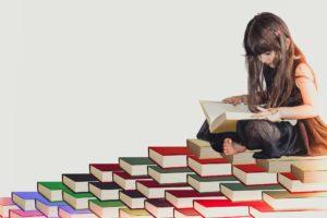 mädchen , weiß , spaß , kind , literatur , grundschule , schulmädchen , schüler , studie , schöne , intelligenz , konzept , person , klein , bildung , niedlich , kinder , idee , buch , wissen , jung , fröhlich , lernen , lesen , kindheit , weiblich , studium , porträt , menschen , baby , gelb , rot , grün , blau , lila , rosa , schwarz , weisheit , informationen , haufen bücher , stapel von büchern , lange haare , grauen hintergrund , smart , sitzen , intelligent , bibliothek , clever , halten , suchen ,
